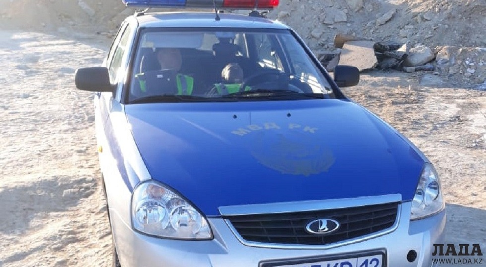 Просто устали: фото спящих в служебном авто полицейских из Актау стало популярным в Сети