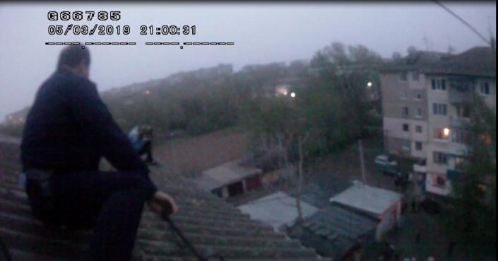 Полицейские Уральска спасли девушку, пытавшуюся спрыгнуть с крыши пятиэтажки