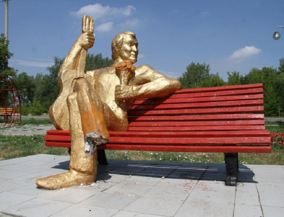 Скульптуру Бари Алибасова демонтировали в Усть-Каменогорске