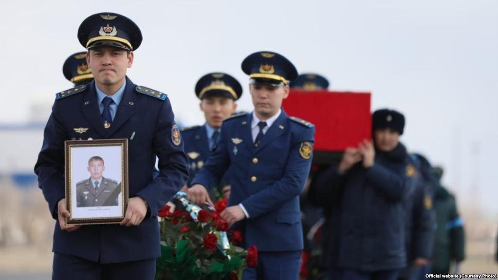Погибших при крушении вертолета МИ-8 военнослужащих посмертно наградили