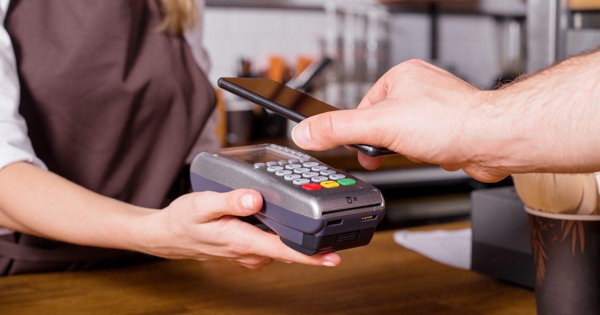 Безналичные платежи через смартфон станут доступны еще в 10 банках Казахстана