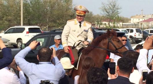 Начальнику ДП Атырауской области подарили коня - Токаев поручил провести проверку