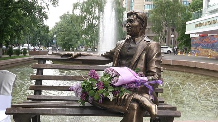 Скульптуру Шакена Айманова установили в Алматы