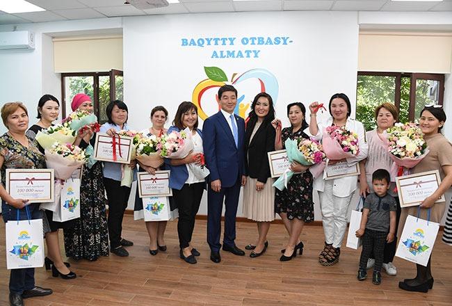 """""""Бақытты отбасы"""": 44 многодетные семьи получили ключи от квартир в Алматы"""