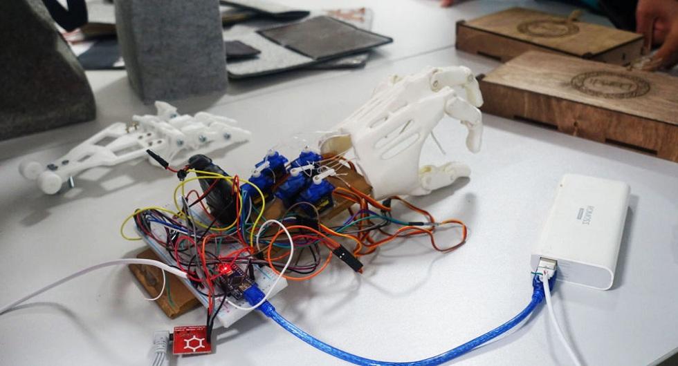 Казахстанский студент разработал недорогой прототип протеза для руки