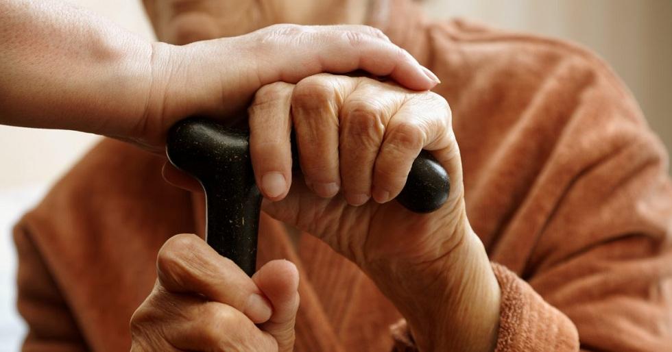 Жительница Алматы пыталась убедить пенсионеров поменять тенге на несуществующую валюту