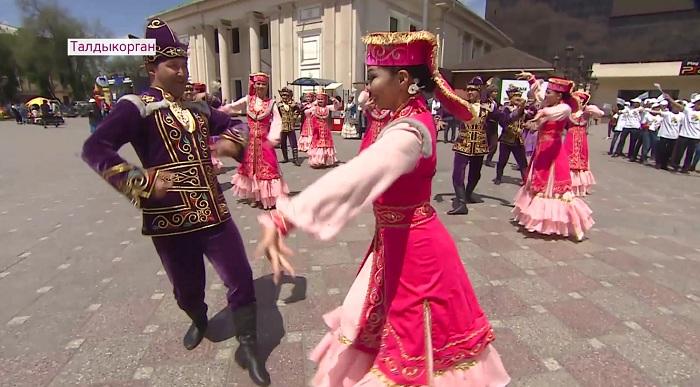 Танец «Кара жорга» в поддержку проведения внеочередных выборов исполнила молодёжь Талдыкоргана