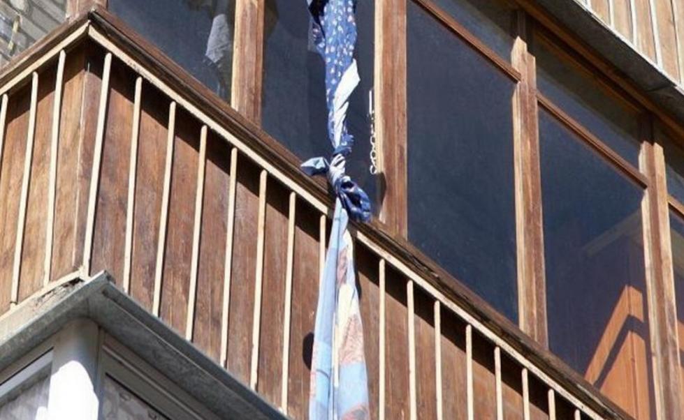 В Костанае пожилая женщина разбилась насмерть, спускаясь по веревке с 4 этажа