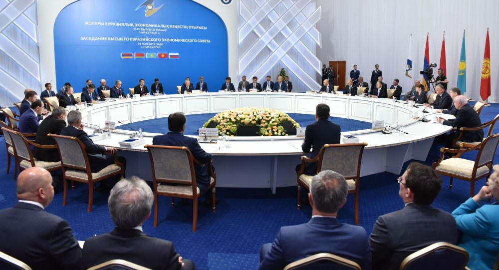 Нурсултан Назарбаев призвал страны ЕАЭС самостоятельно производить товары народного потребления