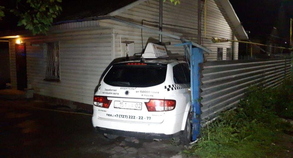 ДТП в Алматы: автомобили снесли заборы частных домов