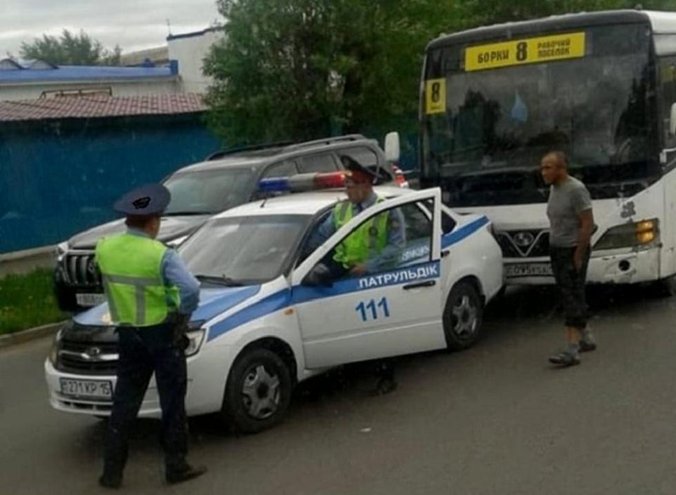 Не на тех наехал: автобус врезался в патрульную машину полицейских в Петропавловске
