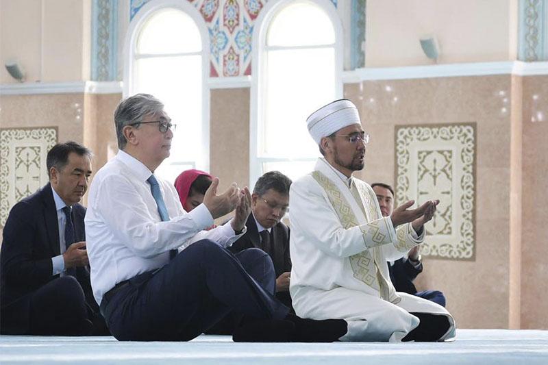 """Касым-Жомарт Токаев посетил медресе и мечеть """"Нур-Астана"""""""