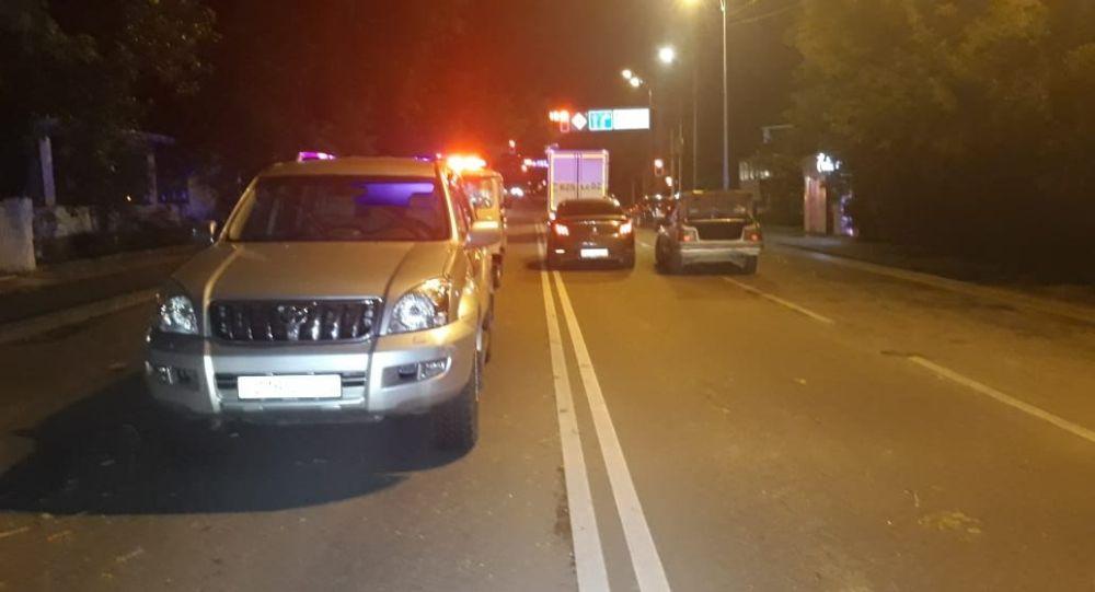 В Алматы женщина попала сразу под две машины
