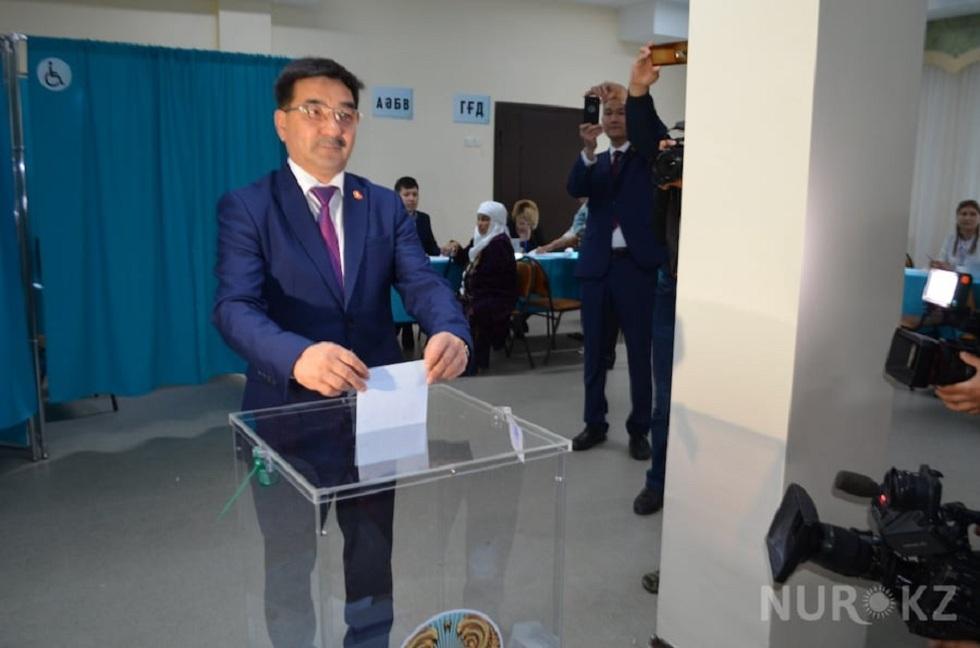 Выборы 2019: Жамбыл Ахметбеков проголосовал в столице