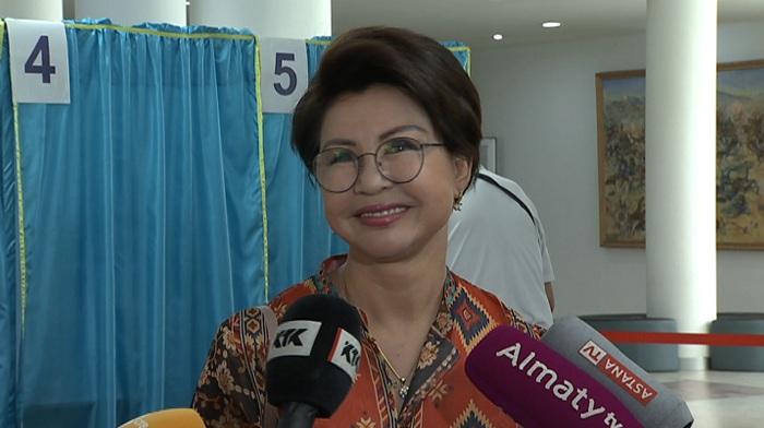 Роза Рымбаева и Рахат-Би Абдысагин проголосовали в Алматы