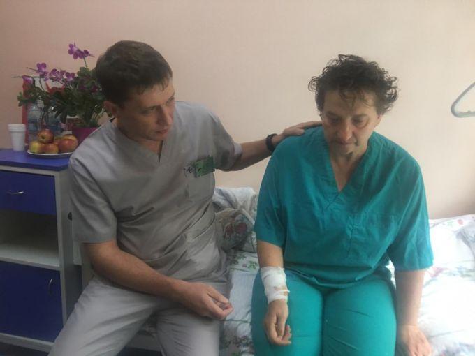 Қатты ашумен тамырын кескен: дәрігерлер Алматы саябағында бүлік шығарған әйел жайлы осылай деді