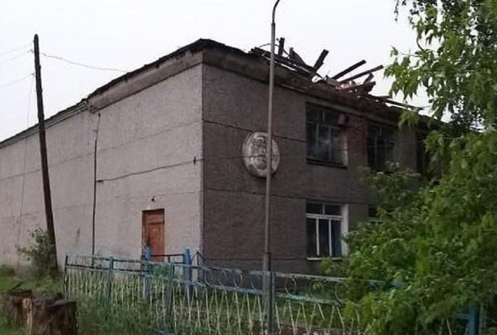 Крышу снесло: сильный ветер повредил Дом культуры в ВКО