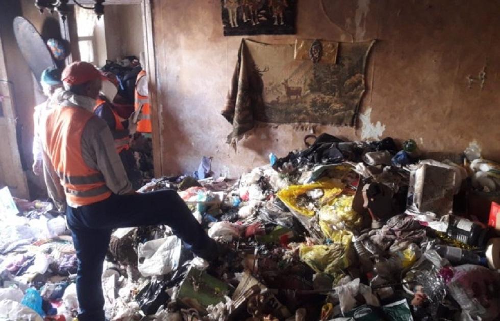 Три КамАЗа вывозили накопленный мусор из квартиры жительницы Атырау