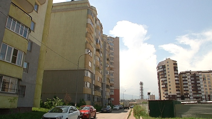 Облицовка домов в микрорайоне Нуркент угрожает жизни людей