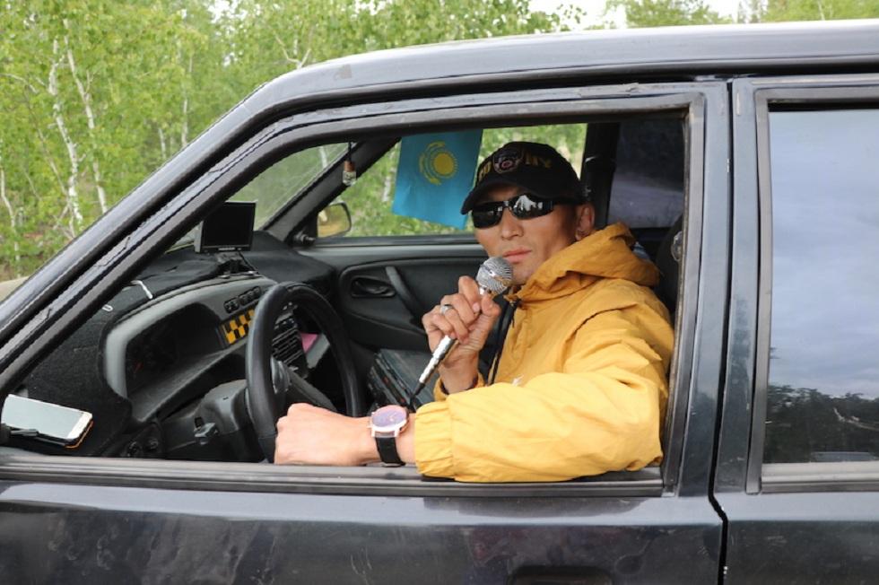 Песни за рулем: таксист из Петропавловска установил караоке в авто