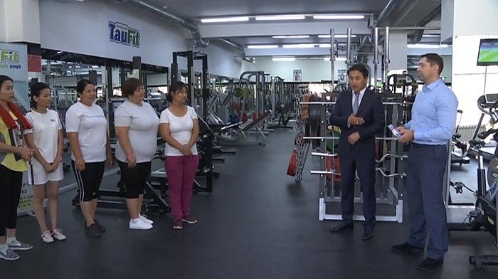 В Алматы многодетным матерям подарили абонементы в фитнес-клуб