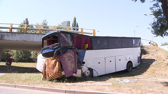 Пассажирский автобус упал с моста в Алматы