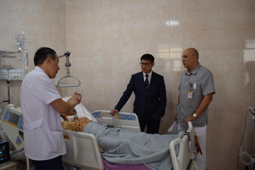 Руководитель Управления общественного здоровья Алматы посетил пострадавших от взрывов в Арыси