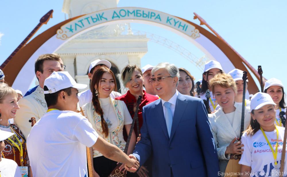 Президент Казахстана предложил в школах ввести уроки игры на домбре