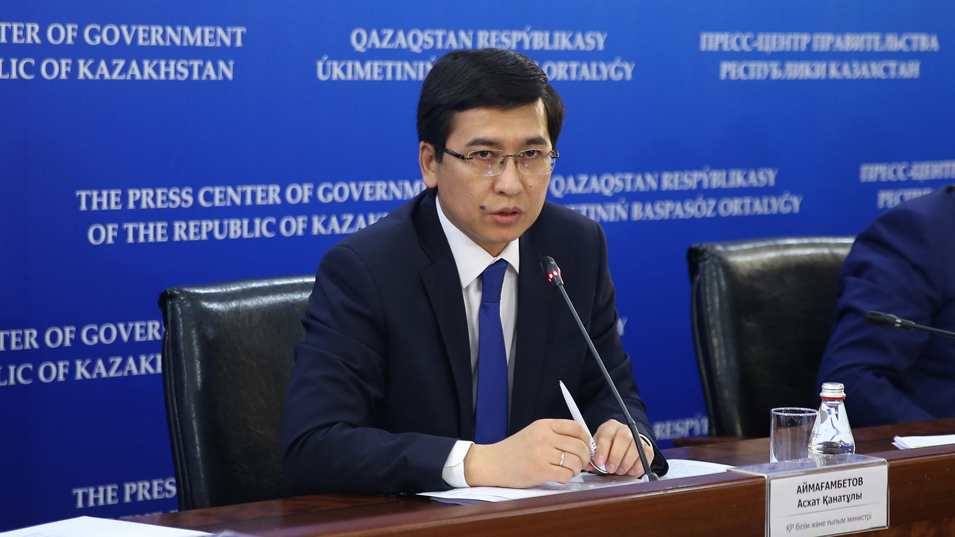 Глава МОН принял поэтическую эстафету от Токаева