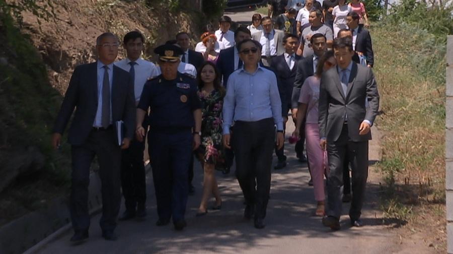 Объезд акима Алматы по Медеускому району: жители рассказали о проблемах градоначальнику