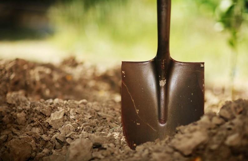 Экскаваторщик случайно закопал рабочего в траншею в Уральске