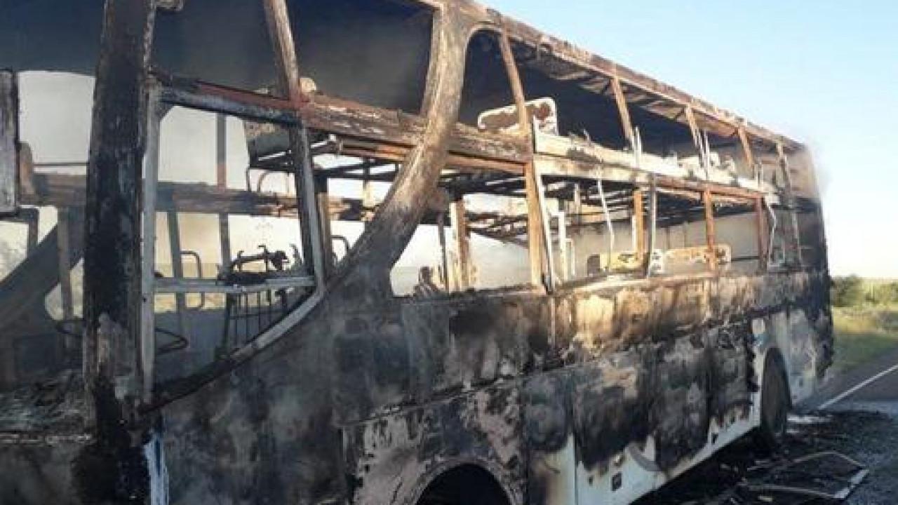 «12 жолаушы болған»: Алакөлге бара жатқан автобус отқа оранды