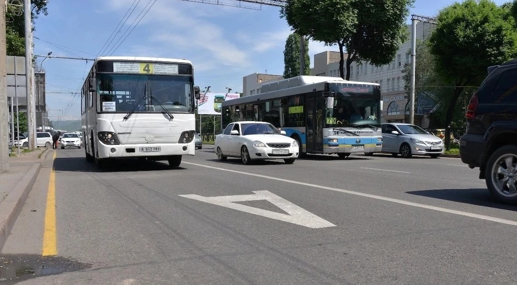 Более 400 водителей оштрафованы в Алматы за езду по полосе для общественного транспорта