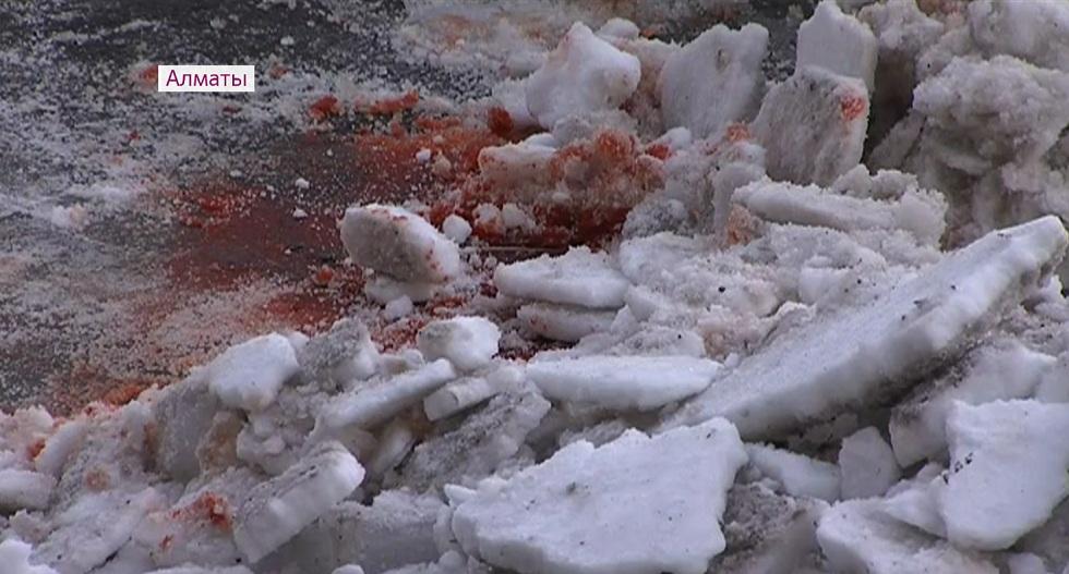 Гибель женщины от упавшей глыбы льда в Алматы: виновных до сих пор не определили