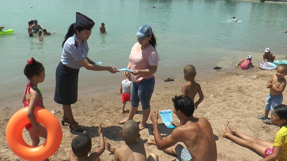 Полицейские Алматы проинспектировали городской пляж