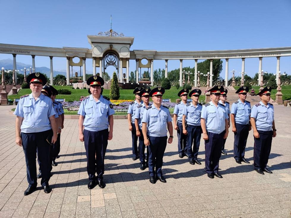 """Полиция Алматы проводит акцию """"Приемная на дороге"""""""