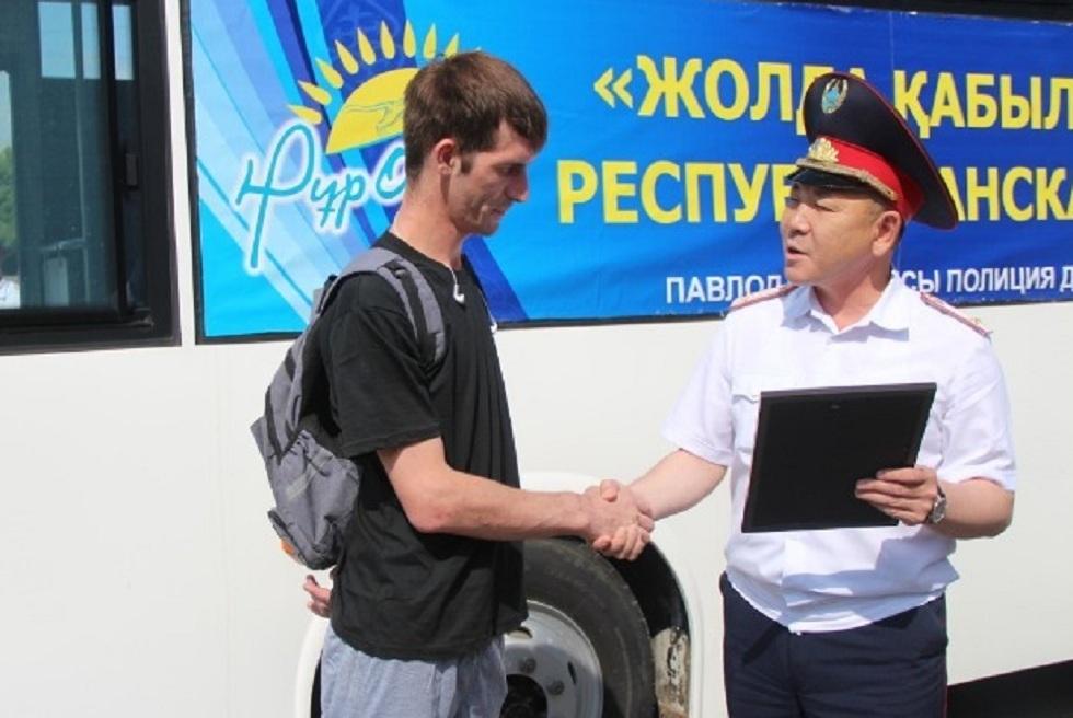 Полицейские Павлодара наградили водителей, присылающих видео нарушений ПДД