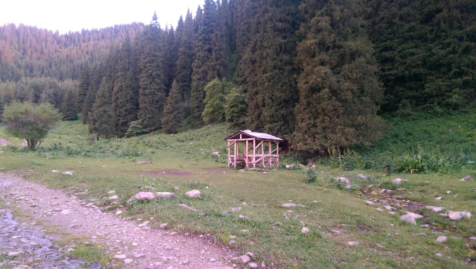 Грабил отдыхающих на Бутаковке: в горах Алматы задержан злоумышленник