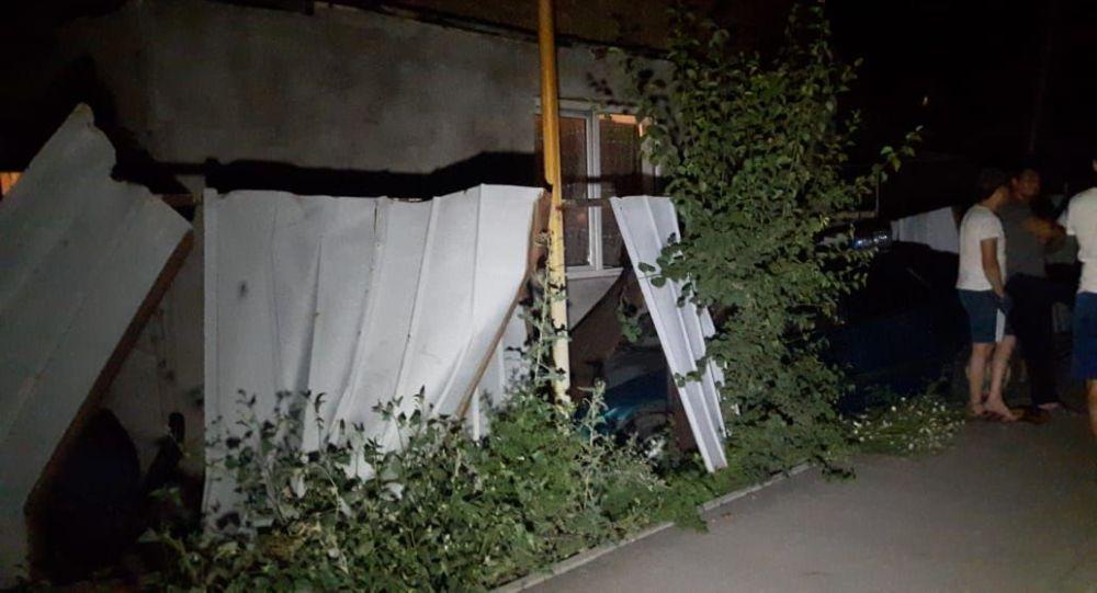 ДТП в Алматы: водитель сбил пешехода и врезался в дом