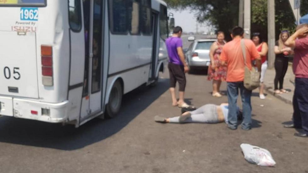 В Алматы девушка выпала из автобуса