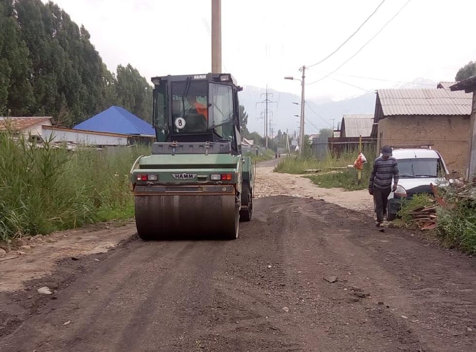 Снятый асфальт с улиц Алматы используют повторно на грунтовых дорогах