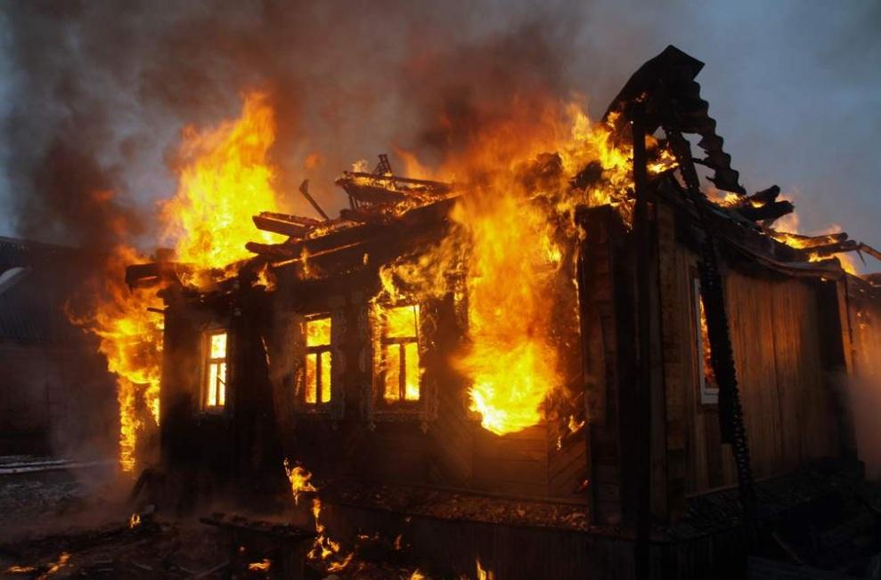 Сельский аким в ВКО спас из горящего дома 11-летнюю девочку