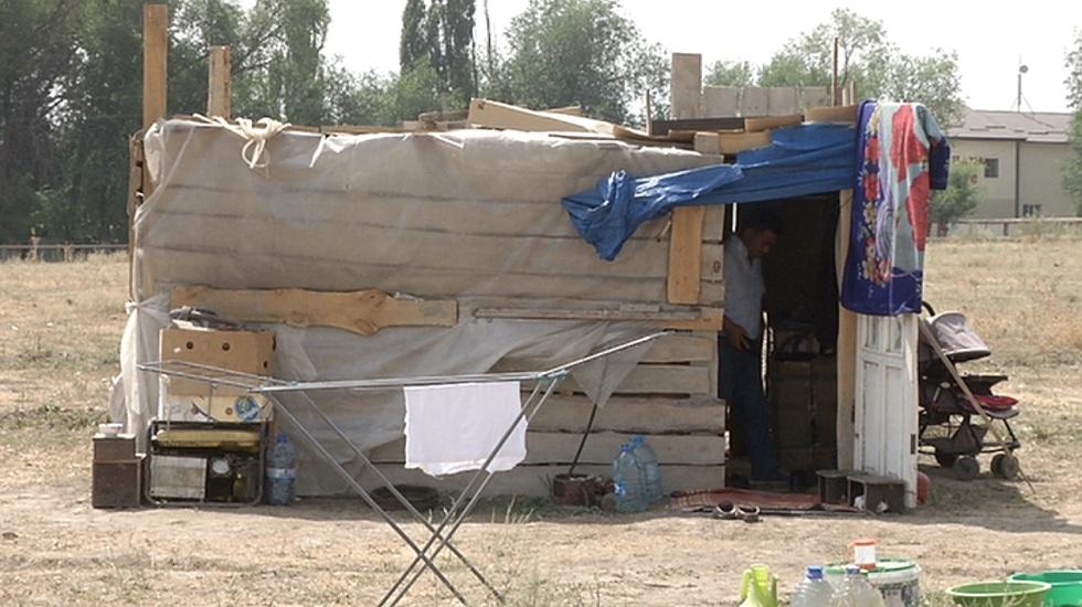 В Алматинской области многодетная семья живет в лачуге из полиэтиленовых пакетов