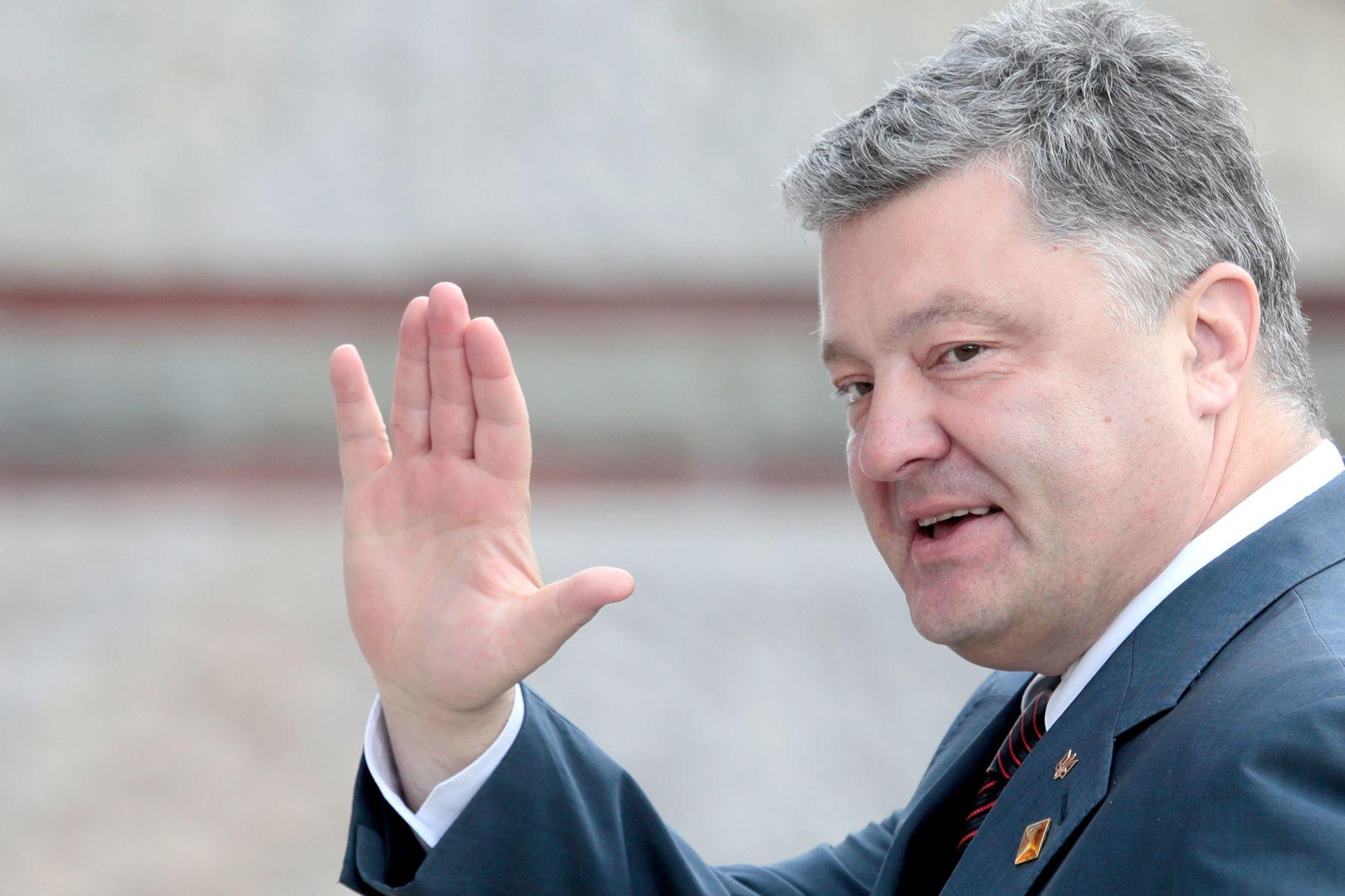 Порошенко с семьей покинул Украину
