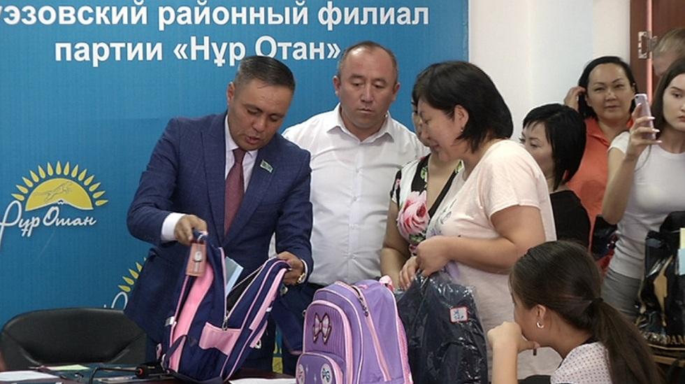 Школьникам Ауэзовского района меценаты подарили форму и канцтовары