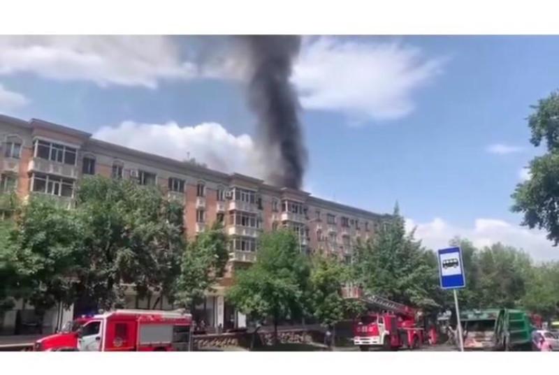 Пятиэтажный жилой дом горит на проспекте Назарбаева в Алматы