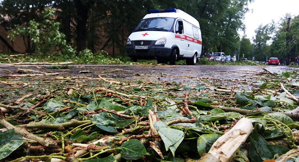 Кусок шифера с крыши упал на голову 8-летней девочки в Уральске