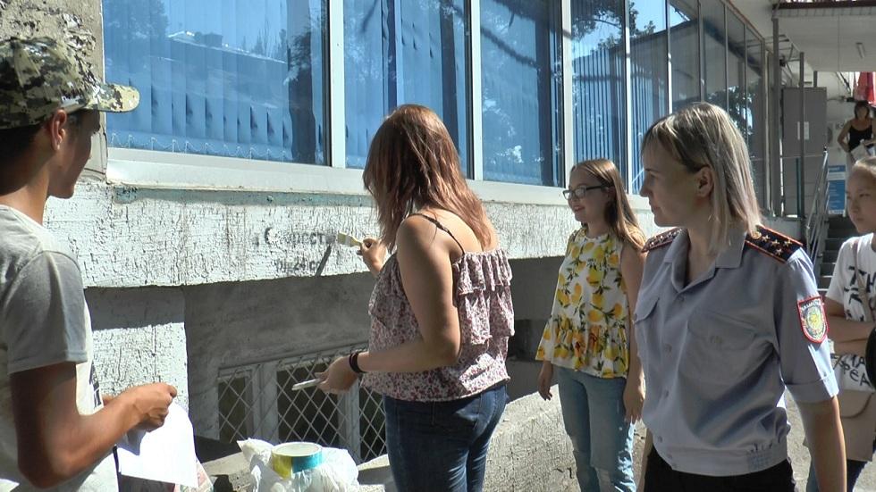 Летний досуг: алматинские подростки закрашивают рекламу наркотиков
