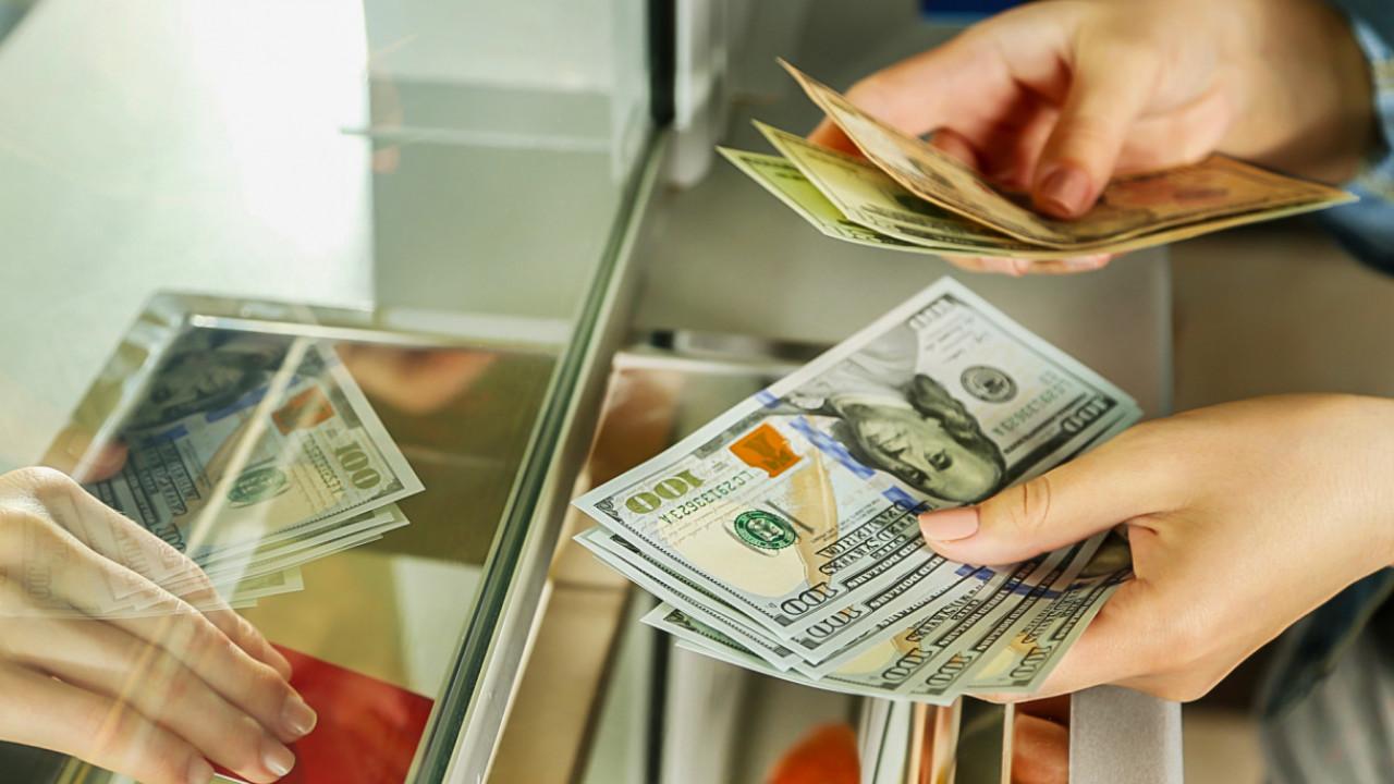 Доллар в обменных пунктах продают по 390 тенге