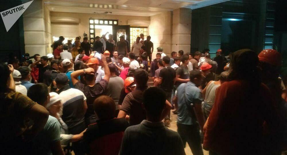 Штурм дома Атамбаева: есть раненые